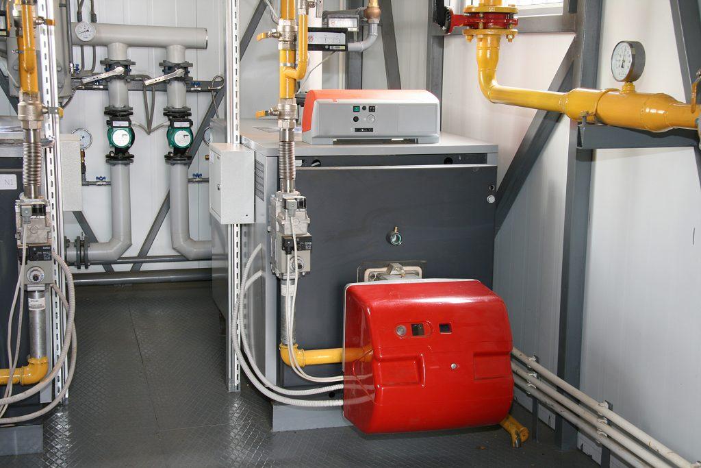 Heizungskeller mit Gasheizung und Boiler